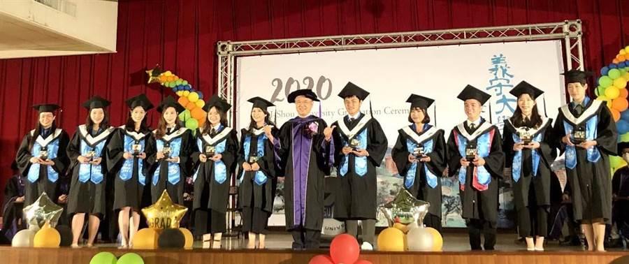 義大校長陳振遠(中)祝福畢業生,並頒贈畢業獎座給各院系畢業生代表。(義守大學提供/林雅惠高雄傳真)