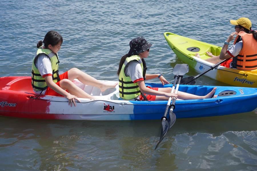 大業國中學生在大鵬灣划獨木舟體驗海上生活。(大業國中提供)