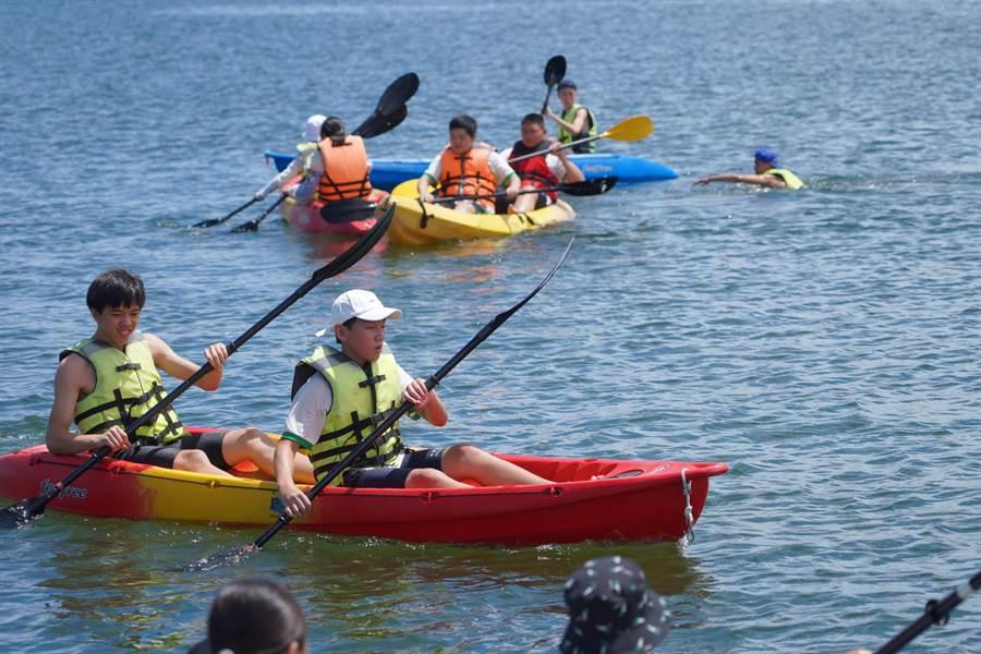 大業國中學子穿救生衣努力在大鵬灣划獨木舟。(大業國中提供)