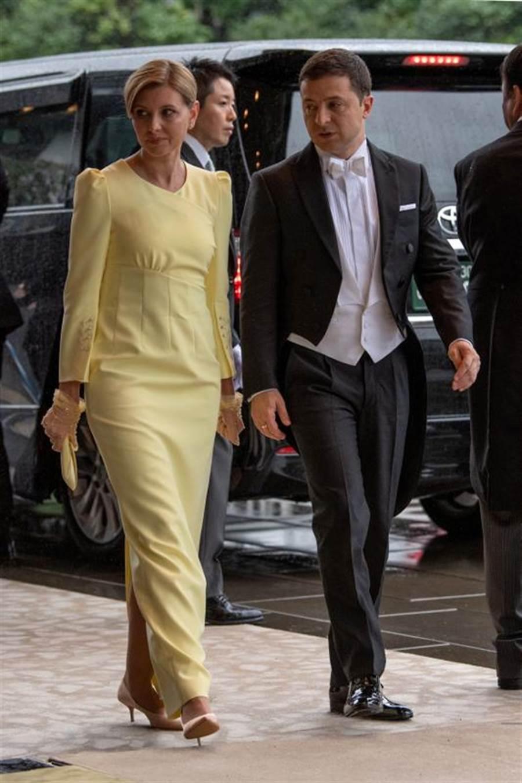 烏克蘭總統澤倫斯基的夫人歐蓮娜(左),今天在臉書宣布確診新冠肺炎。圖為澤倫斯基夫婦去年10月訪問日本的檔案照。(路透)