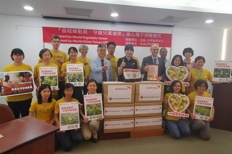 亞蔬–世界蔬菜中心響應世界展望會活動,捐贈400份蔬菜種子組合包給台南地區弱勢家庭栽種,補充他們所需的食物營養。(劉秀芬攝)