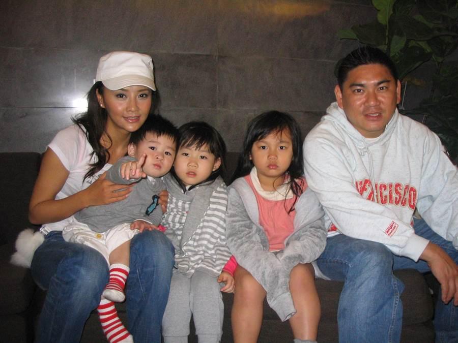馬雅舒(左一)與吳奇隆弟弟吳奇霖和姪兒們合照。(圖/ 取自中時資料庫,洪秀瑛攝)