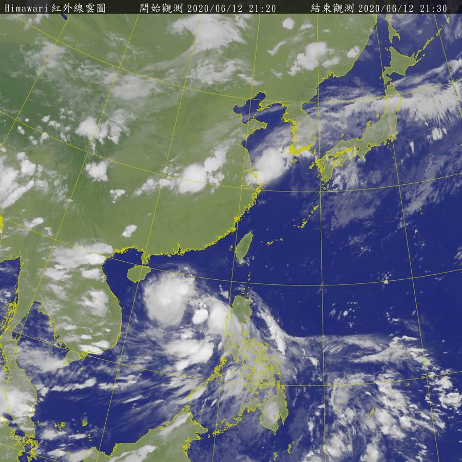 今年第2號颱風「鸚鵡」於今天(12日)晚間9點形成,氣象局預報指出颱風將持續朝西北前進,預計周日(14)於登陸廣東登陸。(氣象局提供)