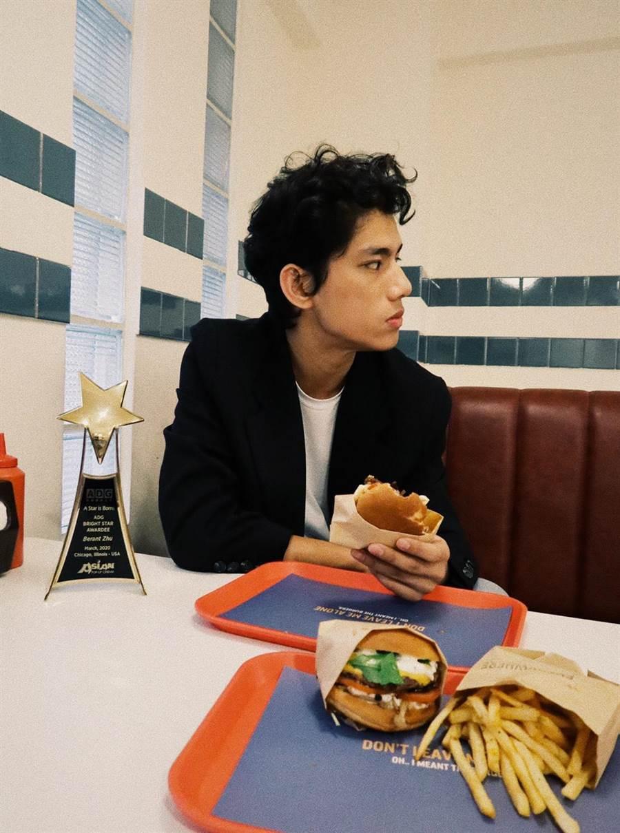 朱軒洋帶著獎座一起吃漢堡。(逆光電影提供)