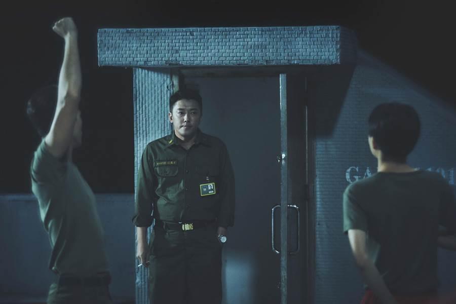 段鈞豪飾演輔導長,他雖然沒當過兵但演得相當傳神。(答人文創提供)