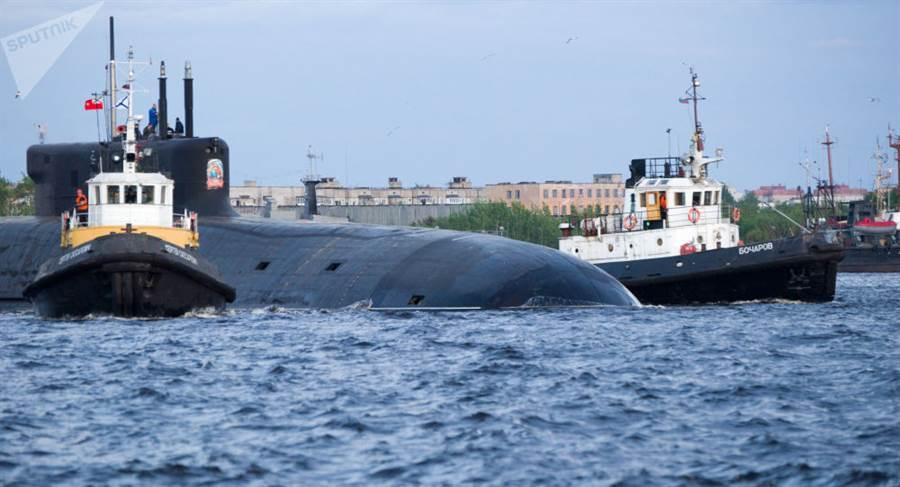 俄羅斯首艘最新型「北風之神-A」戰略核潛艦「弗拉基米爾大公」號,於俄國慶日6月12日正式進入海軍服役。它屬於第4代955A戰略核潛艦升級版,此艦為該型號首艘。(圖/衛星通訊社)