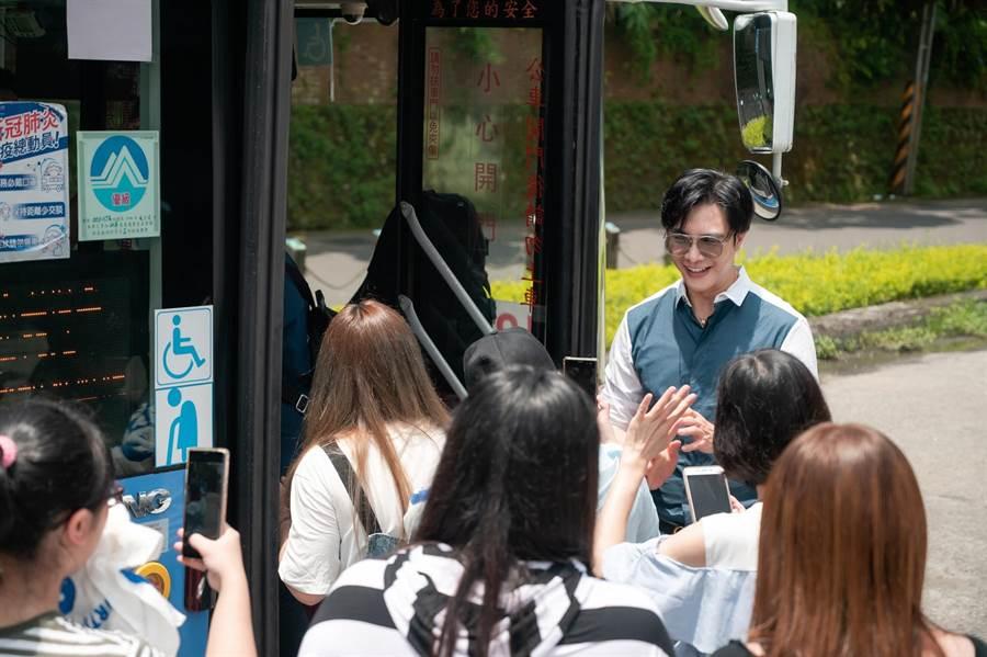 在公車即將發車之際,謝佳見開始扮演起公車長角色,邀請粉絲一同搭上應援公車往市區前進。(藝和創藝提供)