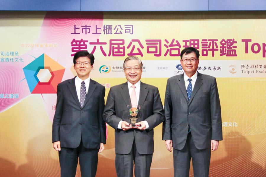 兆豐金控董事長張兆順(中)、總經理胡光華(左)和兆豐銀行總經理蔡永義(右)合影。圖/兆豐金提供