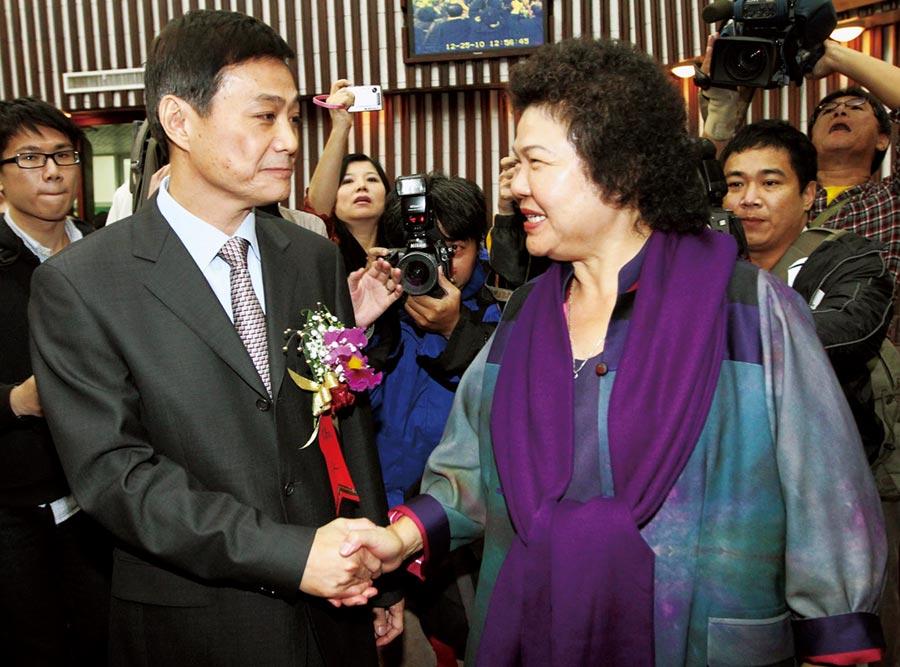前高雄市長陳菊(右)初到高雄之際什麼都不知道,許崑源(左)曾大力協助過她。(本報資料照片)