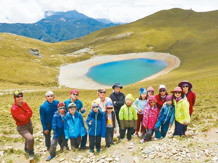 北市中山國小資源班9位學生,在老師和家長帶領下,成功登上嘉明湖。(北市教育局提供/游念育台北傳真)