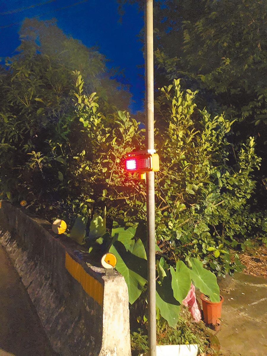 新北市議員廖宜琨、彭成龍、蘇泓欽撥用議員配合款,供三峽分局在三鶯危險路段增設「太陽能閃爆式紅藍警示燈」。(新北市三峽警分局提供/張睿廷新北傳真)