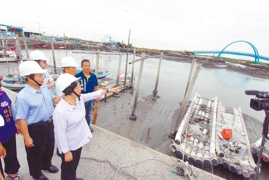 彰化縣長王惠美10日到王功漁港視察表示,改造後的王功漁港,相信能成為彰化新的生態旅遊廊道。(吳建輝攝)