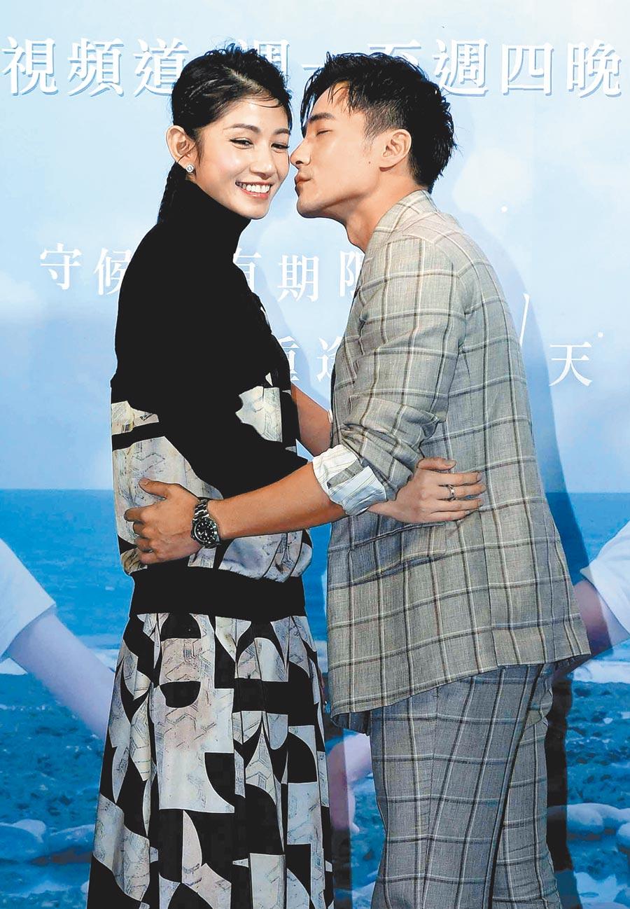 李千那(左)、是元介在《守著陽光守著你》劇中有情人終成眷屬。(資料照片)