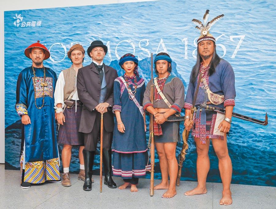 黃健瑋(左起)、周厚安、法比歐、温貞菱、黃遠、查馬克‧法拉屋樂昨以戲中造型出席記者會。(盧禕祺攝)