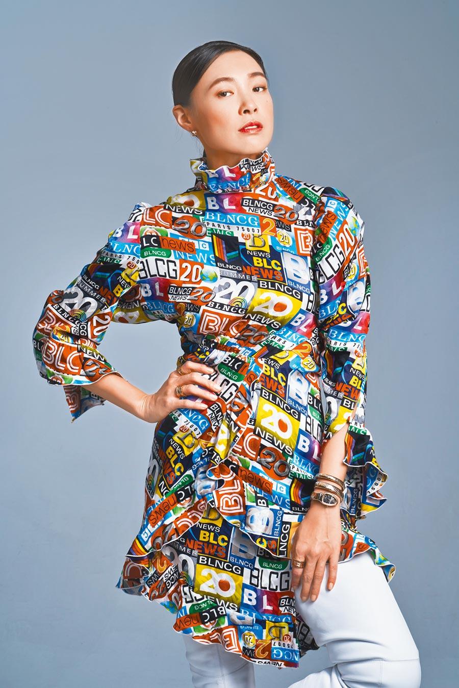 曾珮瑜走出《做工的人》一番驚濤駭浪的「婚姻生活」後,重返時尚,佩戴寶格麗SERPENTI腕表,展現不凡氣勢。(攝影/JOJ PHOTO,服裝提供/Balenciaga)