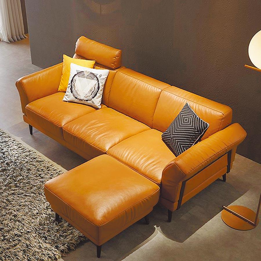 hoi好好生活林氏木業北歐頭層牛皮三人皮沙發、腳凳,附抱枕,原價2萬5800元,特價1萬5480元。(特力集團提供)
