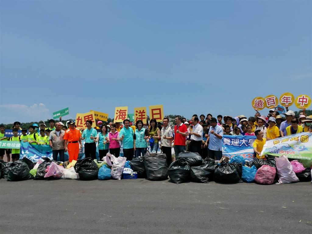台南市政府環保局13日上午在將軍漁港舉辦海洋日淨海淨港活動,300多人清出310多公斤垃圾。(劉秀芬攝)