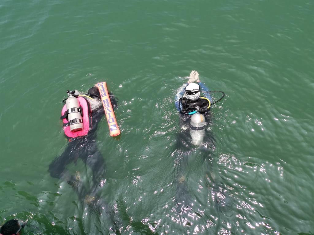台南市政府環保局13日上午在將軍漁港舉辦海洋日淨海淨港活動,派出潛水人員清出漁港北堤的海底垃圾。(劉秀芬攝)