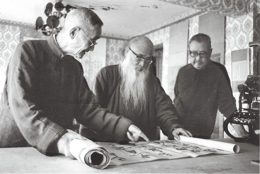 莊嚴(左)、張大千(中)及臺靜農(右),於張大千「摩耶精舍」共賞作品。(池上穀倉藝術館提供;莊靈攝)
