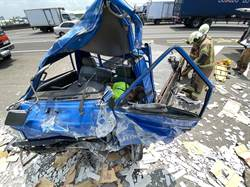 國道南下331.7公里 貨車自撞護欄釀1死1傷