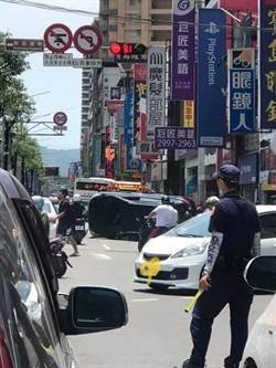 新莊休旅車遭撞翻覆 釀交通大打結車流回堵數10公尺
