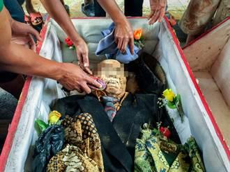 印尼村莊奇怪風俗 每3年刨祖墳挖屍打扮