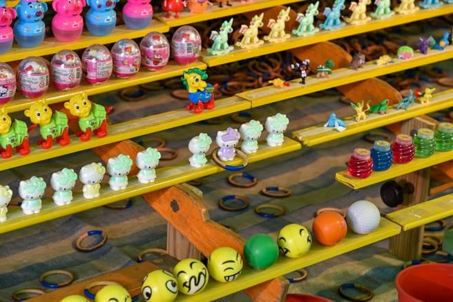 有位民眾不滿表示,因為家人玩「套圈圈」遊戲時連續中3次獎,竟被攤商老闆提出要「丟遠一點」,對此相當傻眼。(示意圖/達志影像/Shutterstock)