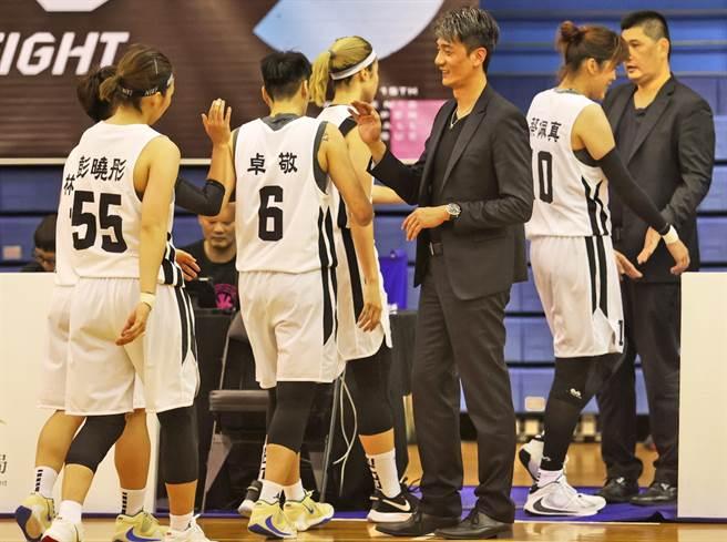 台元執行教練邱啟益眼見冠軍賽門票到手,一一跟球員擊掌慶賀。(中華籃協提供)
