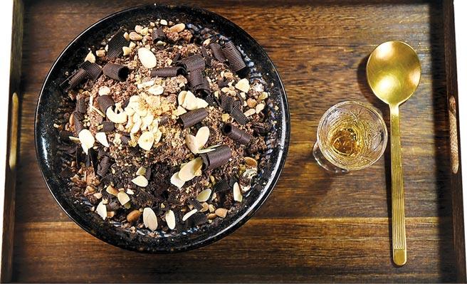 〈大人系巧克力威士忌雪花冰〉的雪花冰,是用巧克力冰磚刨製。圖/姚舜