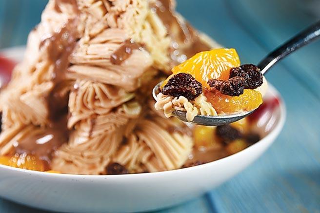 蜜漬草莓果乾、花生仁與橘子,搭配淋了AMEDEI艾美黛巧克力醬的花生雪花冰,風味口感「劇力萬鈞」,凡人無法擋。圖/姚舜