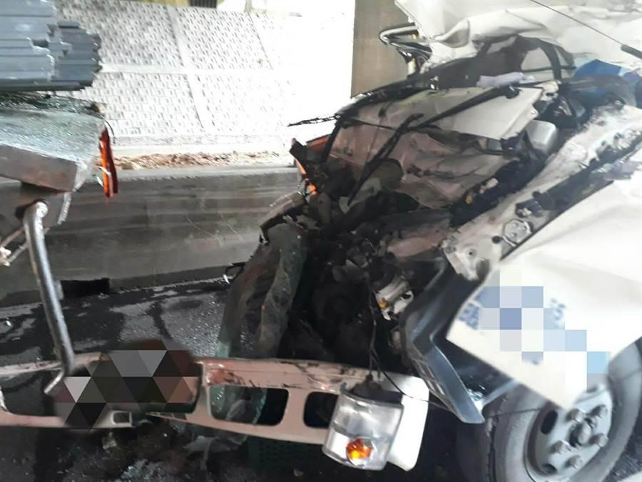 22歲邱姓駕駛失去生命跡象,桃園市消防局局救護人員趕緊將其送醫後,仍傷重不治,詳細肇事原因警方仍在調查。(翻攝照片/賴佑維桃園傳真)