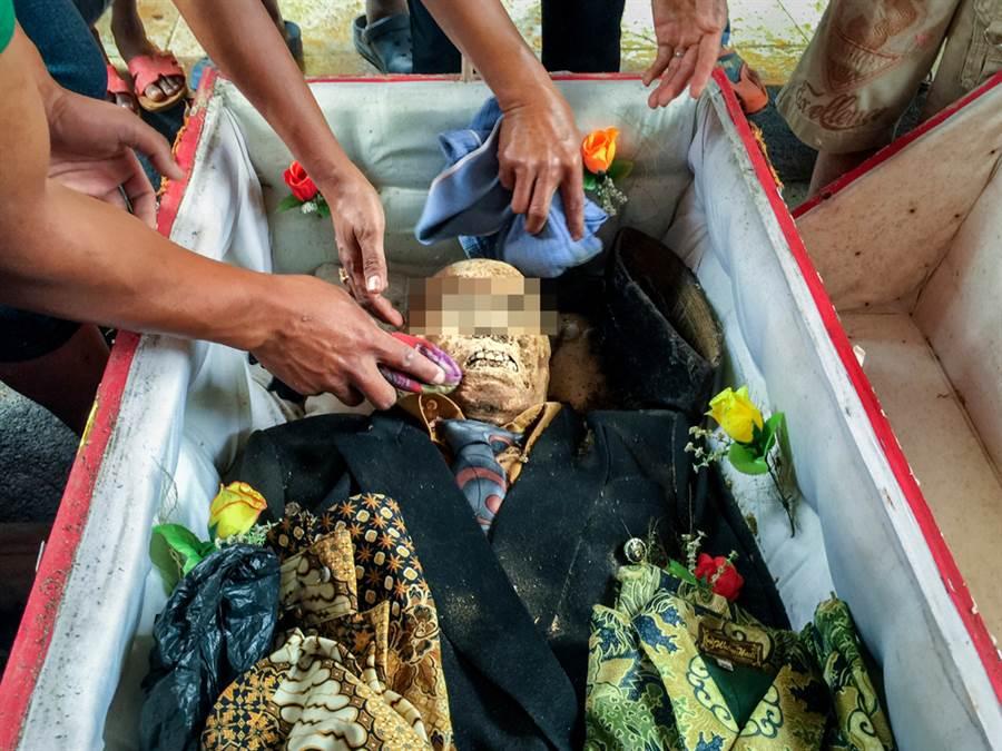 印尼托拉查人有一奇特風俗,當地人每3年刨祖墳挖屍打扮,藉此緬懷祖先。(圖/達志影像)