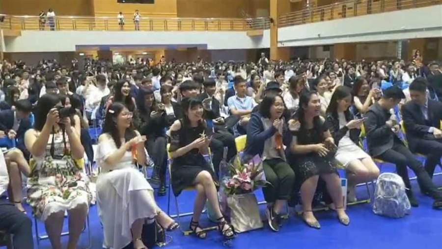 立委高嘉瑜高唱《隱形的翅膀》大走音,南湖高中師生在畢業典禮笑翻天。(圖/翻攝臉書)