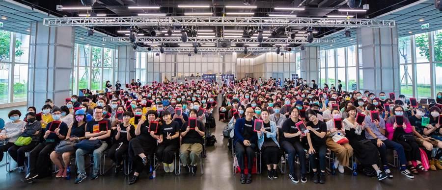 台北電影節今日舉辦選片指南,策展團隊與全場觀眾合照。(台北電影節提供)