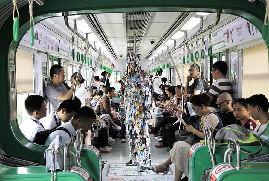 朴慶鐘的錄像作品《標籤人:重慶》呈現藝術家在街頭互動的行為藝術。(台北當代館提供)
