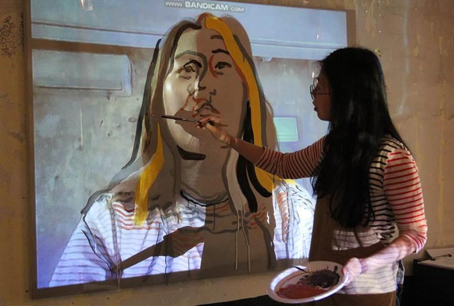鄭高友娜一邊訪談一邊將對方的臉部線條畫下。(台北當代館提供)