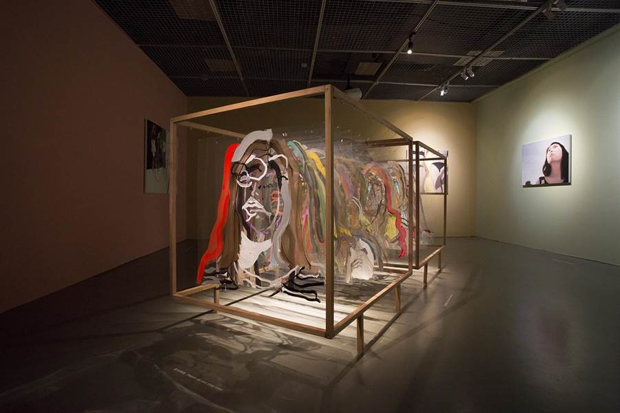鄭高友娜的《即時畫像:對話》色彩繽紛,並將繪畫轉變為裝置作品。(台北當代館提供)