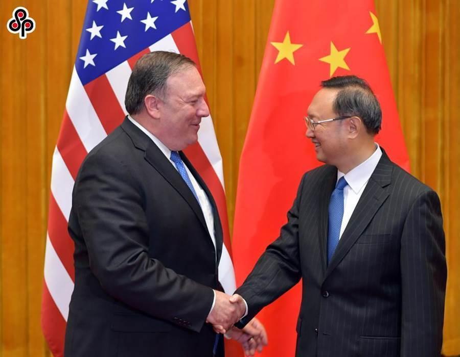 圖為2018年6月14日在北京,楊潔篪會見美國國務卿蓬佩奧(左)。(新華社)