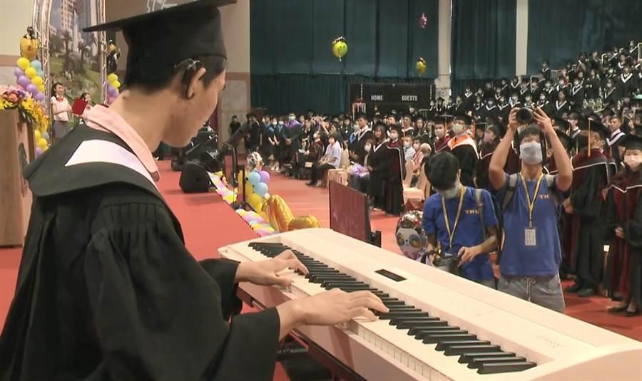 淡江大學中文系視聽多障的畢業生黃靖騰。(讀者提供)