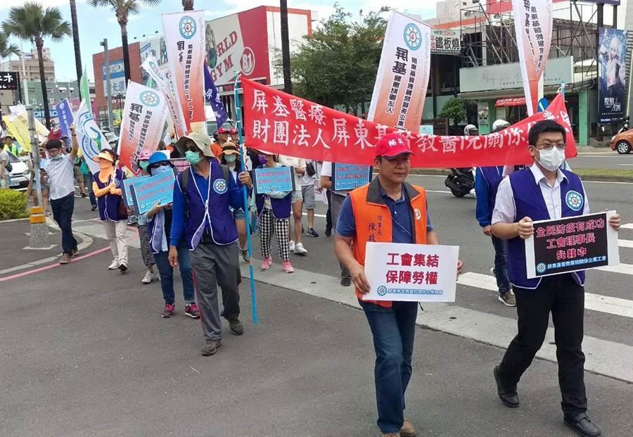 屏基工會理事長詹智鈞遭院方不續聘,全國60個各行業工會約300人,13日齊聚屏東市遊行聲援。(潘建志攝)