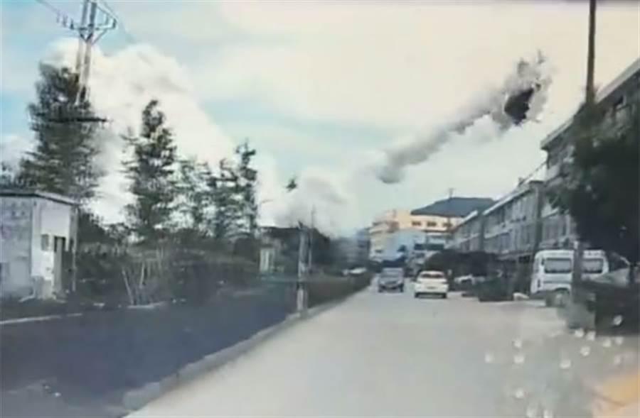 浙江油罐車大爆炸,車體噴飛4層樓高!(圖/新浪視頻)