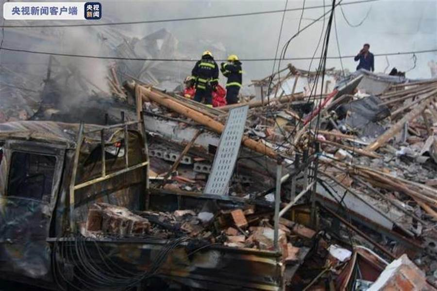 大陸G15瀋海高速公路行經浙江省溫嶺市大溪鎮良山村附近走104國道時,一槽罐車爆炸衝出路面,導致周邊部分民房及廠房倒塌,至少造成9死112傷,450多名消防員現場救援。(央視新聞端)