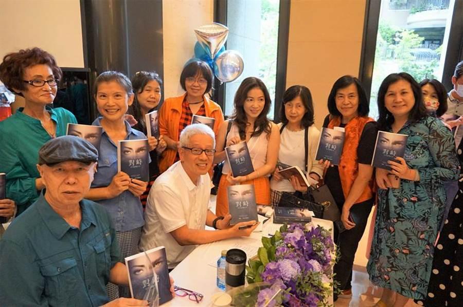 寶璽建設創辦人梁德煌(中間白髮者)今日舉辦新書發表會,吸大批書迷齊聚一堂。(圖/曾麗芳)