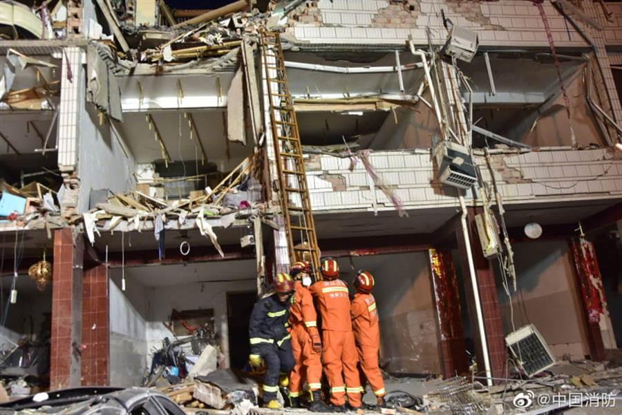 450多名消防員正在現場救援。(圖/中國消防)