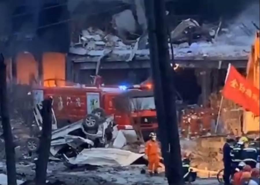 消防員進入瓦礫堆中救人。(圖/東網)