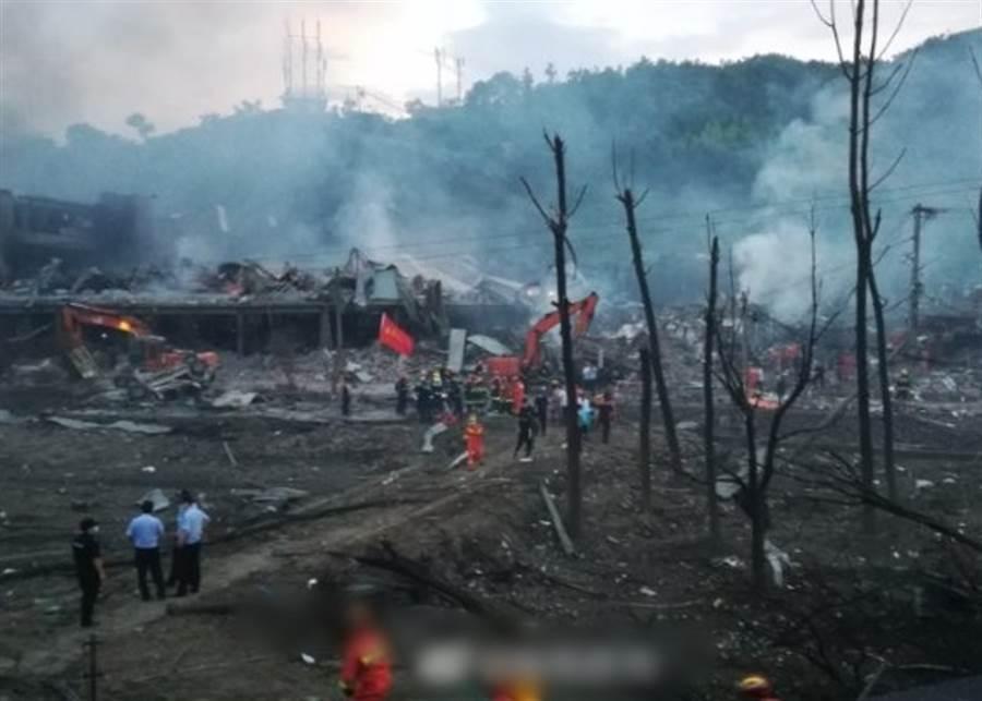爆炸後現場房屋夷平、一片焦黑。(圖/東網)