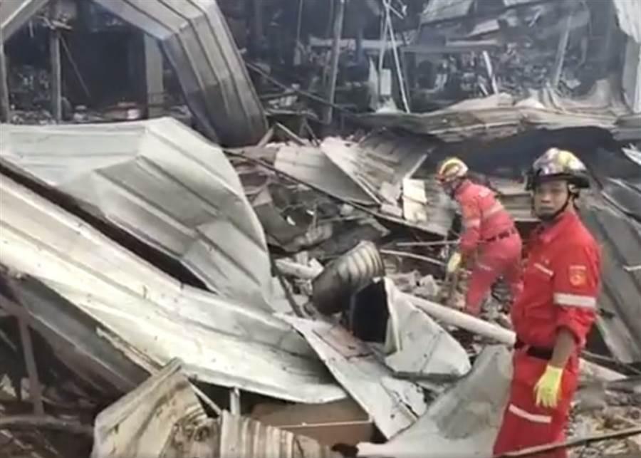 消防員在被波及的房屋瓦礫中搜救傷者。(圖/東網)