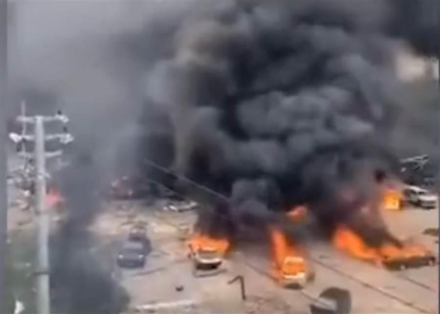 爆炸波及附近多輛私家車。(圖/東網)