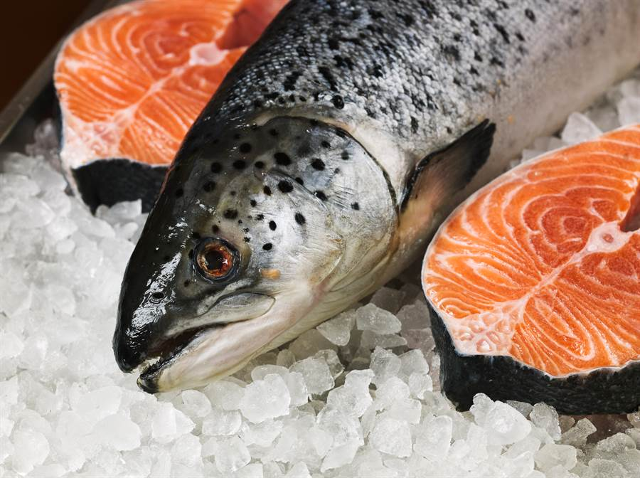 北京再爆疫情!鮭魚砧板驗出病毒 台大醫曝背後原因。(示意圖/Shutterstock)
