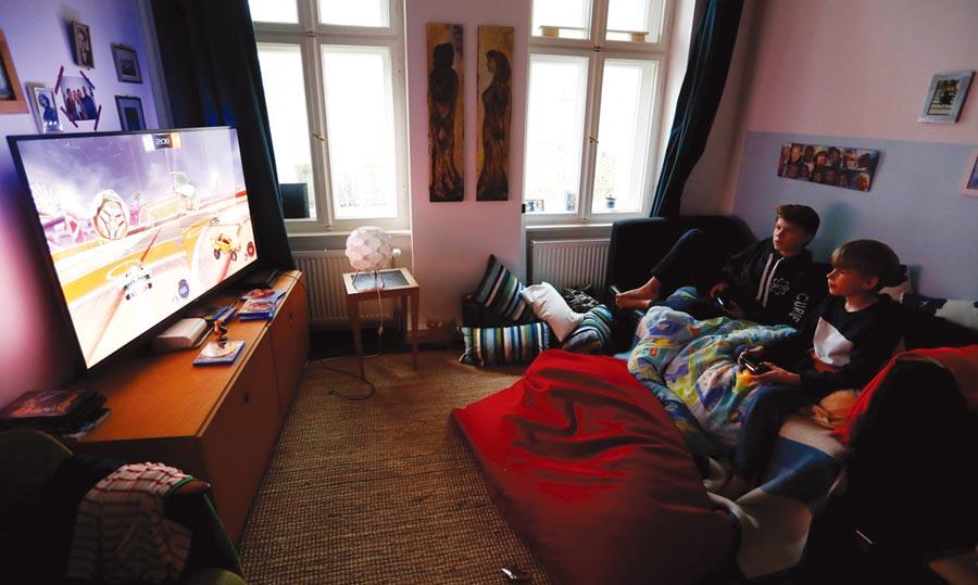 分析師提醒,萬一封鎖措施導致經濟大幅衰退,消費者也可能縮減電玩等非必要娛樂開支。圖/路透